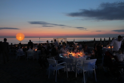 A big moon will lighten the darkest wedding receptions, on the beach the effect is natural and breathtaking